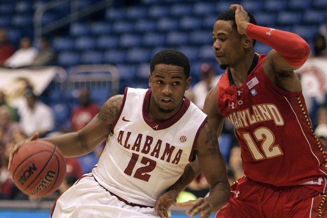 Men's Basketball Defeats Maryland 62-42