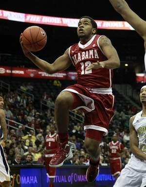 Men's Basketball Defeats Arkansas 72-66